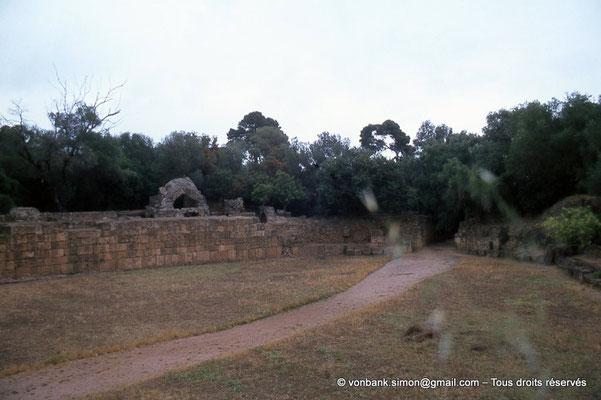 [073-1978-21] Tipasa de Maurétanie : Amphithéâtre - Vue partielle de l'arène, de son mur (podium) et d'une porte d'accès