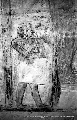 [NB080-1973-07] Saqqara - Mastaba de Mererouka : Serviteur apportant une pièce de viande aux défunts (Chambre A10, mur Ouest)