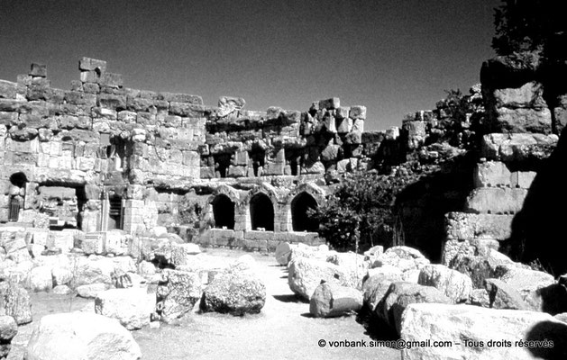 [086-1973-23] Baalbek - Temple de Jupiter : Cour hexagonale (partie Est)