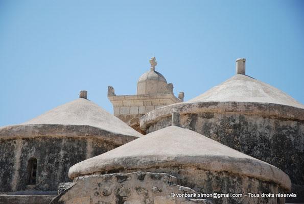 [NU900-2012-0039] Yeroskipou - Agia Paraskevi : Trois des cinq dômes - en arrière-plan, partie supérieure du clocher (vue prise depuis le Nord)
