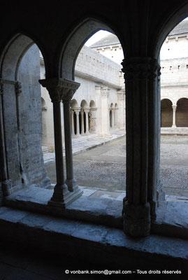 [NU001i-2018-0067] 13 - Arles - Saint-Trophime - Cloître :  Depuis l'extrémité de la galerie Ouest, vue partielle sur les galeries romanes Nord et Est (XII°)