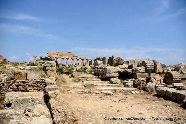 [NU906-2019-1483] Sélinonte : Quartier punique - Sur la droite, ruines du temple A dédié à Castor et Pollux - En arrière-plan, ruines du temple C dédié à Apollon