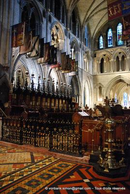 [NU002p-2016-0137] Dublin - Cathédrale Saint-Patrick - Chœur : Stalles utilisées par les chevaliers de l'Ordre de Saint-Patrick (1783-1922) avec cimiers et drapeaux