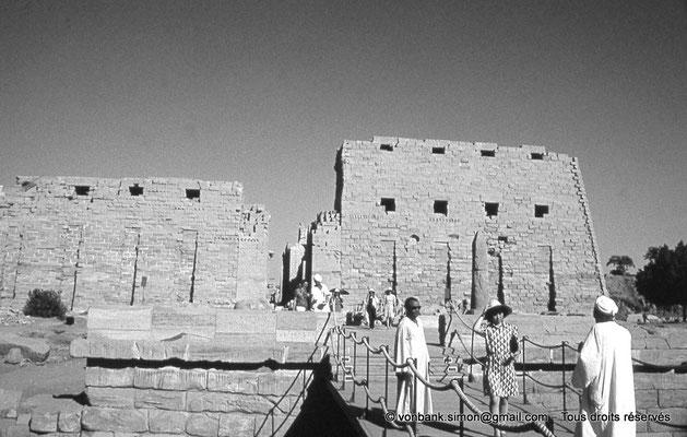 [088-1973-30] Karnak - Parvis du Temple : Accès au quai débarcadère -avec son petit obélisque (Sethi II)- précédent le premier pylône édifié par Nectanebo Ier