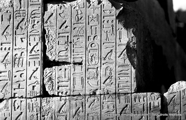 [NB074-1973-18] Karnak - Ipet-Sout : Textes de la jeunesse de Thoutmôsis III (Annales)