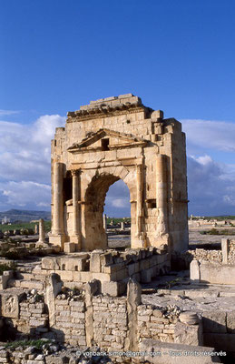 [034-1983-13] Makthar (Mactaris) : Arc de triomphe dédié à l'Empereur César Nerva Trajan Auguste - A ce monument fut accolée une tour carrée qui l'a transformé en fort byzantin