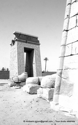 [NB070-1973-40] Karnak - Temple de Khonsou : Porte de Ptolémée III Evergète vue depuis le côté Est du premier pylône