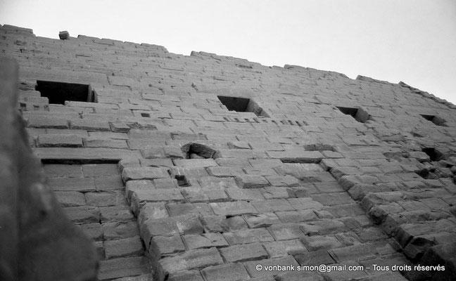 [NB077-1973-22] Karnak - Parvis du Temple : Vue partielle du môle Sud du premier pylône