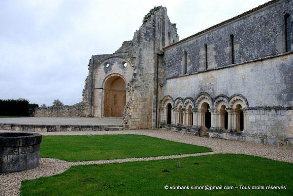 [NU904-2015-0001] 17 - Trizay - Prieuré Saint-Jean l'Évangéliste : Ruines de l'église (absidiole Nord) et arcs polylobés de la salle capitualire (XIII°)