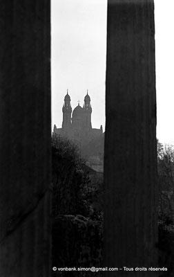 [NB045-1978-40] Annaba : Basilique Saint-Augustin (1881 - 1900) - Au premier plan, les colonnes du forum romain
