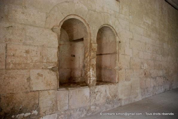 [NU003-2017-086] 13 - La Roque d'Anthéron - Abbaye de Silvacane : Cloître - Niches dans l'épaisseur du mur de l'une des galeries