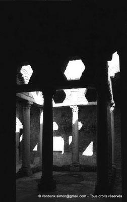 [NB009-1981-27] Bulla Regia : Maison de la chasse - Etage souterrain : Péristyle orné de colonnes à chapiteaux corinthiens