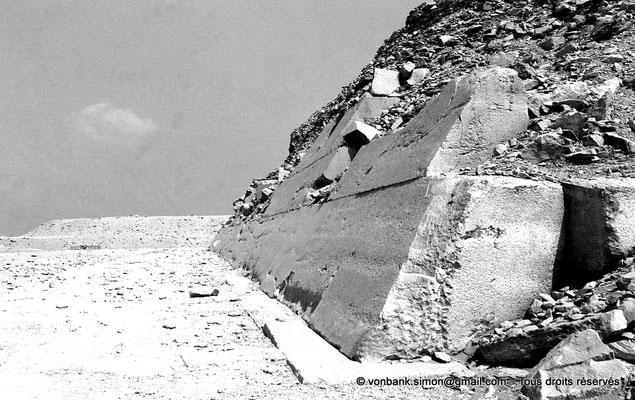 [NB085-1981-71] Saqqara - Ounas : Face Sud de la pyramide d'Ounas avec une partie de son revêtement