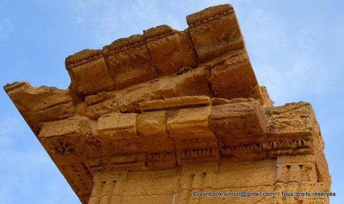 [NU906-2019-1607a] Agrigente - Temple des Dioscures (Castor et Pollux) : Rosace située à l'extrémité et sous la corniche horizontale du tympan