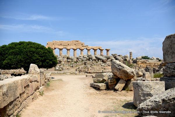 [NU906-2019-1484] Sélinonte : Quartier punique - En arrière-plan, ruines du temple C dédié à Apollon