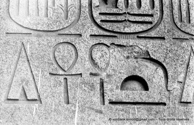 [NB074-1973-68] Louxor - Temple d'Amon-Rê : Hiéroglyphes (partie basse de l'obélisque)