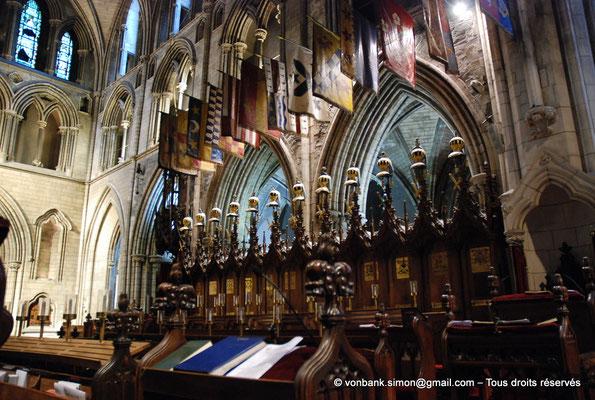 [NU002p-2016-0117] Dublin - Cathédrale Saint-Patrick - Chœur : Stalles utilisées par les chevaliers de l'Ordre de Saint-Patrick (1783-1922) avec cimiers et drapeaux