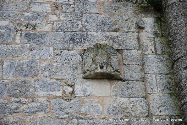 [NU904-2015-0031] 17 - Trizay - Prieuré Saint-Jean l'Évangéliste : Détail extérieur situé sur le mur de la chapelle axiale