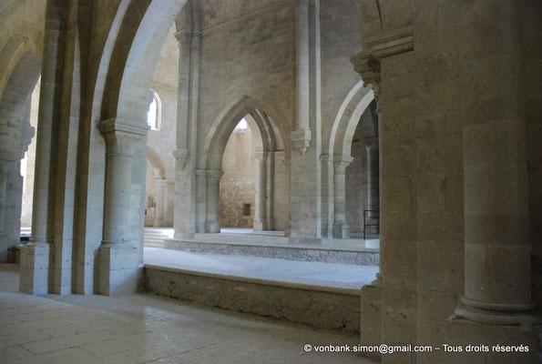 [NU003-2017-045] 13 - La Roque d'Anthéron - Abbaye de Silvacane : Depuis le collatéral Nord, vue sur la nef et le transept Sud (vue oblique)