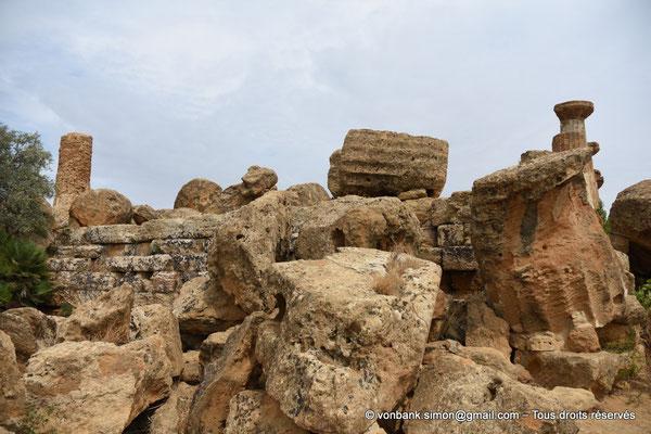 [NU906-2019-1583] Agrigente - Temple d'Héraclès (Hercule) : Sur la droite, colonnes de la face Sud (vue depuis le côté Ouest du temple)