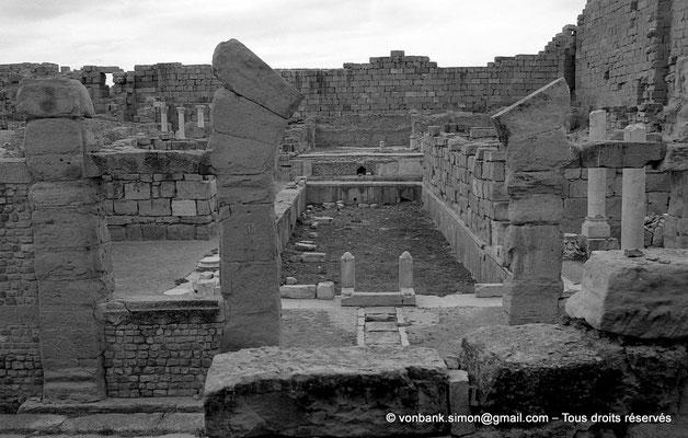 [NB037-1978-04] Timgad (Thamugadi) : Intérieur du fort - La piscine, face au Sud - L'arche d'entrée du sanctuaire païen, conservée par les Byzantins, puis le trop plein du bassin, puis la piscine, et au fond le podium qui portait le grand temple antique