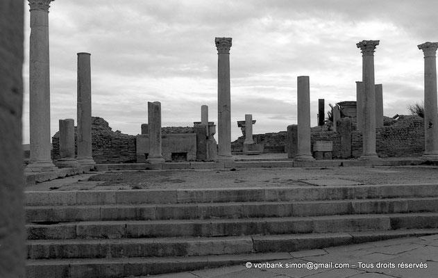 [NB042-1978-19] Timgad (Thamugadi) : Bibliothèque - Cour bordée de portiques sur trois faces