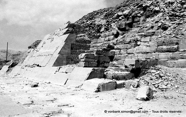 [NB085-1981-67] Saqqara - Ounas : Face Ouest de la pyramide d'Ounas avec une partie de son revêtement