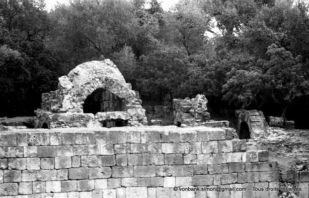 [NB036-1978-55] Tipasa de Maurétanie : Amphithéâtre - Mur de l'arène et ruine d'une voûte supportant les gradins (détail)