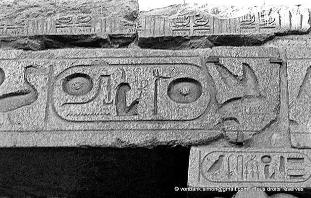[NB079-1973-08] Louxor - Temple d'Amon-Rê : Détail de l'architrave du triple reposoir (titulature de Ramsès II)