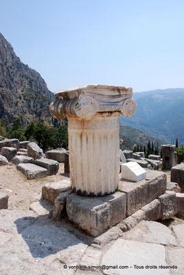 [NU901-2008-0156] GR - Delphes - Sanctuaire d'Apollon : Voie sacrée (détail)