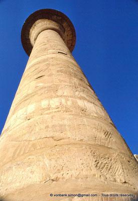 [082-1973-05] Karnak - Grande cour : Colonne de Taharqa