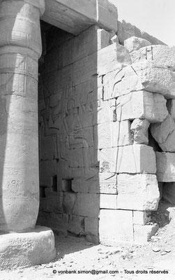 [NB086-1981-27] Ramesseum : Salle des barques - Ramsès II est assis devant un perséa