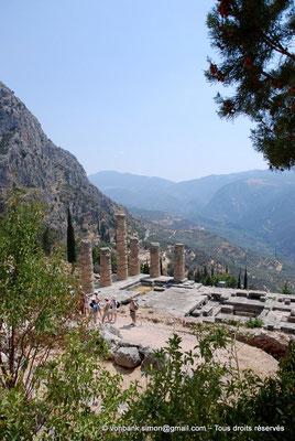 [NU901-2008-0164] GR - Delphes - Temple d'Apollon : Vue partielle de la base du temple (Colonnes de l'angle Sud-Est, Pronaos, Naos) - sur la gauche, le mont Parnasse