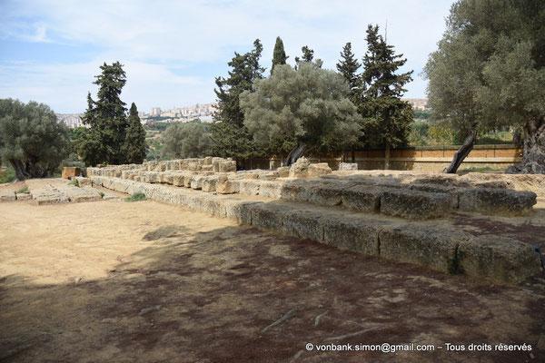 [NU906-2019-1597] Agrigente - Temple de Zeus Olympien : Ruines de l'autel monumental situé devant le temple (face Est)