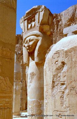 [065-1981-06] Deir el-Bahari : Temple d'Hatchepsout - Pilier hathorique (chapelle d'Hathor)
