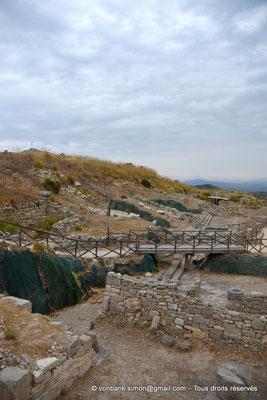 [NU906-2019-1342] Ségeste - Agora : Vue partielle des ruines du portique