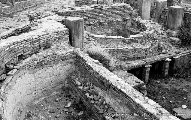 [NB042-1978-32] Timgad (Thamugadi) : Les grands thermes du Sud - Caldarium à deux baignoires