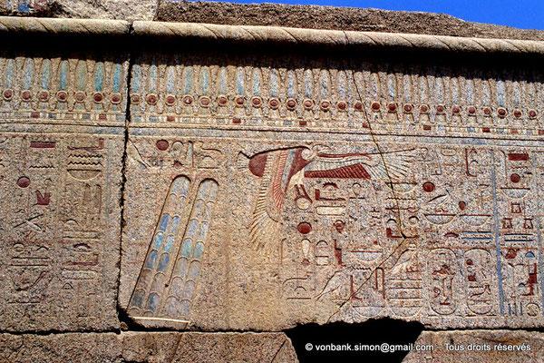 [068-1981-26] Karnak - Ipet-Sout : Titulature de Philippe Arrhidée protégée par un vautour (Chapelle de Philippe Arrhidée, face Sud)