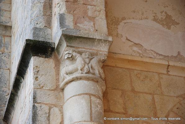 [NU904-2015-0028] 17 - Trizay - Prieuré Saint-Jean l'Évangéliste : Chapiteau de l'absidiole Nord située à gauche de la chapelle axiale