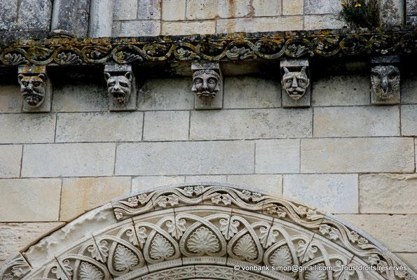 [NU904-2015-0061] 17 - Sainte-Gemme - Façade occidentale : Modillons situés au-dessus du portail