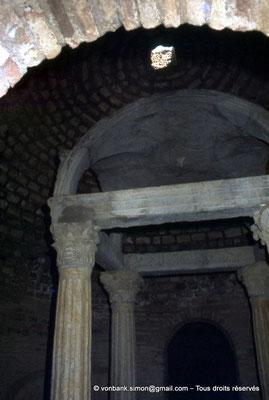 [070-1978-38] Djemila (Cuicul) : Baptistère - Colonnes supportant un dais de pierre