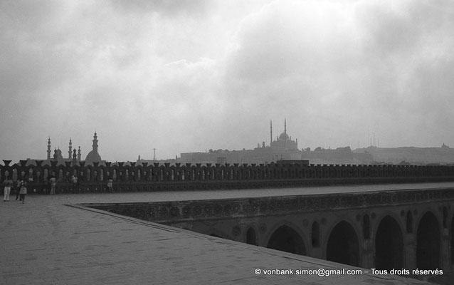 [NB073-1973-57] Le Caire : Mosquée Ibn Toulon : Depuis sa terrasse, vue sur les minarets des mosquées Sultan Hassan et Al Rifaï, et sur la mosquée de Mohamed Ali Pacha