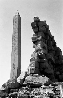 [NB075-1973-68] Karnak - Ouadjyt : Obélisque Nord situé devant l'entrée du pylône V (Hatchepsout)