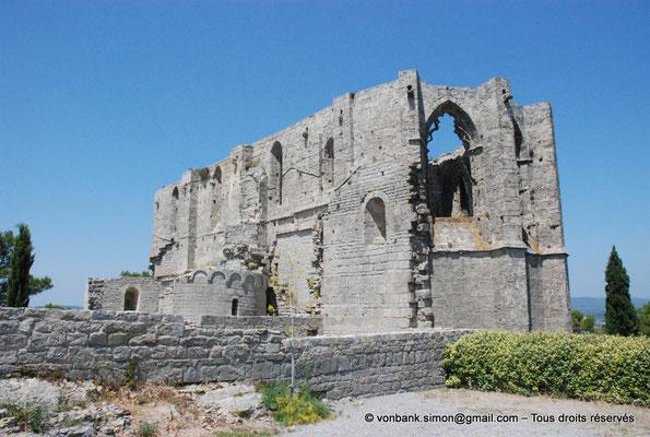 [NU001-2017-522] 34 - Gigean - Saint-Félix de Montceau : Chapelle romane devant la façade Sud de l'abbatiale