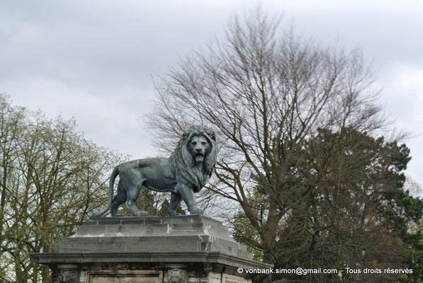[NU900b-2012-0137] B - Bruxelles - Laeken : L'un des deux lions situés à l'entrée du Parc royal