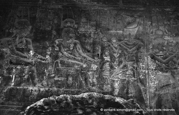 [NB070-1973-58] Karnak - Temple d'Opet : Ptolémée Évergète II offre le vin à Pa-ka-âa-our et Montou-Rê (Salle Nord, paroi Sud)