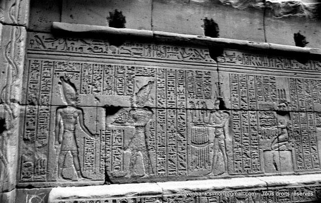 [NB070-1973-46] Karnak - Temple d'Opet : Auguste accompagné de divinités apporte des offrandes au dieu Osiris (soubassement de la façade extérieure Est (registre Nord))