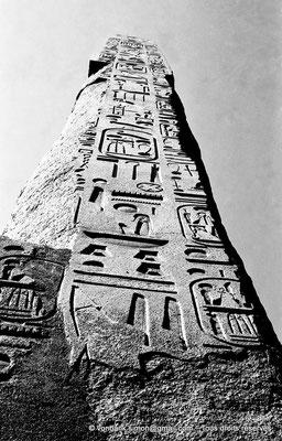 [NB075-1973-70] Karnak - Ouadjyt : Obélisque Sud situé devant l'entrée du pylône IV (Thoutmôsis Ier)