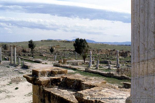 [005-1984-24] Henchir Kasbat (Thuburbo Majus) : Vue depuis le Capitole, de gauche à droite : Le Forum, l'Arc de Baalat, la Palestre des Petronii, le Temple de Mercure