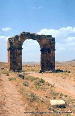 [022-1980-63] Thubursicu Numidarum : Porte dite El Gaoussa, vers le centre de la ville